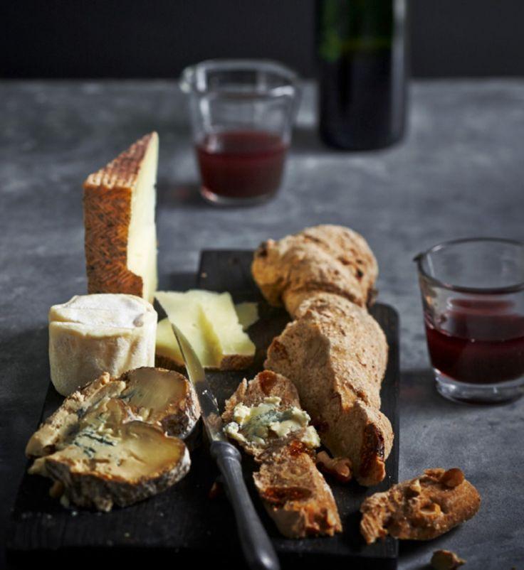 Het is het seizoen van de verse noten, vijgen en dadels. Verwerk ze in dit krakend verse  notenbrood. Heerlijk bij een kaasplank!
