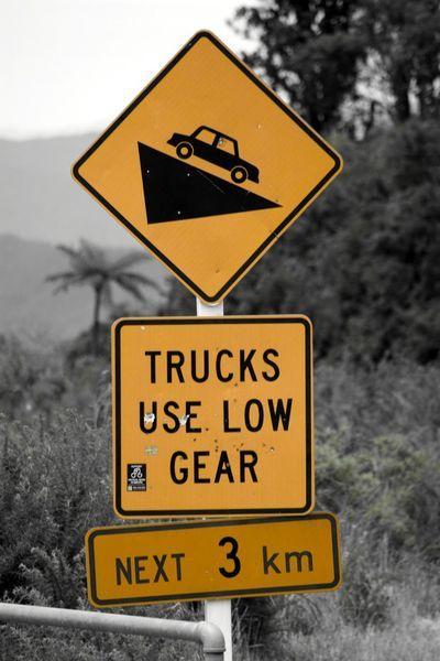 'Road sign 'trucks use low gear' -New Zealand' von stephiii bei artflakes.com als Poster oder Kunstdruck $15.68