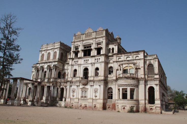 Nazarbaug Palace or Nazar Bāgh Palace was the Gaekwad's royal palace in the city of #Vadodara, Gujarat state, western #India. The Nazar Bāgh Palace' was built in 1721. It had three storeys and is the oldest palace in Baroda. #gujratattractions #ttot #tourism #incredibleindia