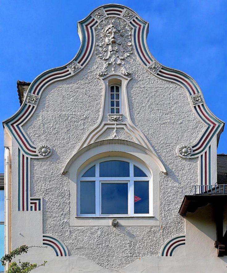 Отделка фасада штукатурного дома серого цвета в ардеко стиле