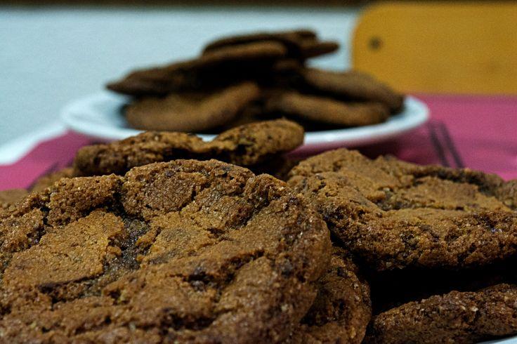 Non esiste nulla di più gradito di un bel piatto di biscotti fumanti, per passare un bel pomeriggio in compagnia di amici. Se poi i biscotti hanno anche la giusta quantità di pezzettoni di cioccolato, di quelli tagliati a mano e belli grossolani, sono imbattibili: insomma proprio gli originali cookies americani! Ricetta: http://blog.giallozafferano.it/grandpasbakery/cookies-americani/