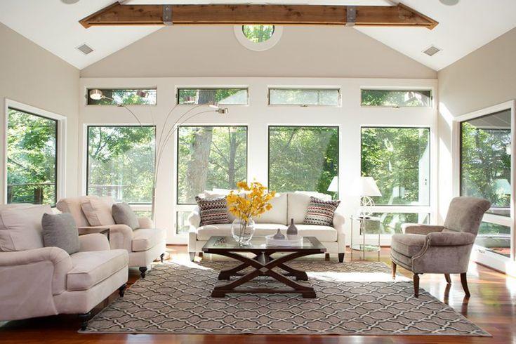 Cercada pelo verde e com luz natural abundante, a casa é um verdadeiro refúgio e inclui piso de madeira de cerejeira.