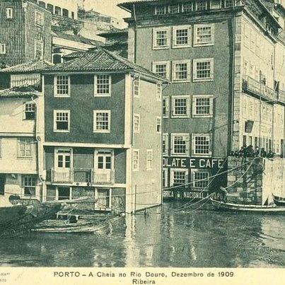 Praça da Ribeira durante as cheias de 1909. [Postal: edição da Tabacaria Cubana; Repositório Temático da Universidade do Porto]