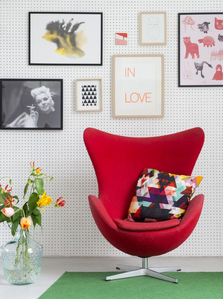 Red armchair in front of a dots wallpapered wall with decorations | Styling Inge van Lieshout/ insidehomepage.com | Photographer Louis Lemaire | vtwonen July 2015