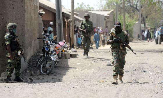 """""""... La milicia, que ansía la instauración en el noreste del país de una suerte de califato donde rija la sharía (ley islámica) con puño de hierro [...] Según la información recogida por AI, [...] los muertos podrían rondar los 2.000 en estos siete días. La ofensiva de Boko Haram, que ha pasado en los últimos seis años de atentar con bomba contra cristianos a matar a punta de Kaláshnikov de forma indiscriminada, ha originado una nueva ola de refugiados hacia Chad...""""."""