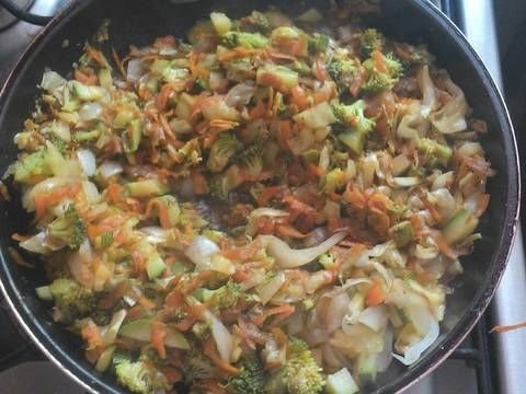 Fabulosa receta para Verduras guisadas. Es un complemento. Puedes agregarle pollo mechado ( desmenuzado) yo lo comi con filete de pescado a la plancha