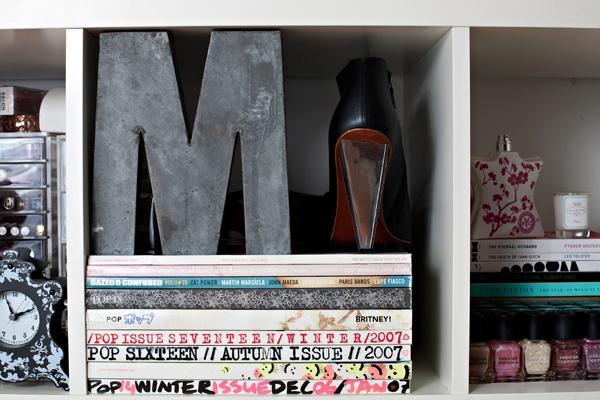 Nicolette Mason --photographed by Alexandra Frumberg: Closet Cubbies, Decor Finding, Glitter Girl, Nicolett Mason, Glittergirl, Living Rooms Shelves, Living Room Shelves, Houses Envy, Arrangements Bookshelves