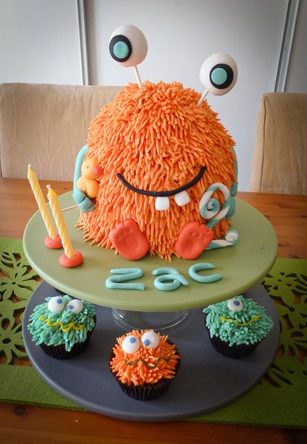 Monster birthday cake & cupcakes ...Yeah right...wish I could make this for Erick