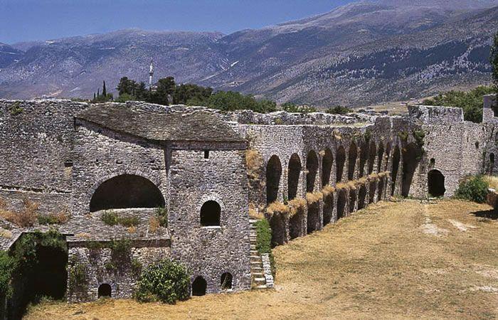 3: Το κάστρο Ιωαννίνων Χτίστηκε το 528 μ.Χ μέσα στα πλαίσια του σχεδίου του αυτοκράτορα Ιουστνιανού για την οχύρωση του βυζαντινού κράτους. Μέσα στο κάστρο αναπτύχθηκαν τα ελληνικά γράμματα, εκεί έζησε ο Αλή Πασάς τον μεγάλο του έρωτα με την κυρά Βασιλική, εκεί ερωτεύτηκε την κυρά Φροσύνη, την ερωμένη του γιού του, εκεί δίδαξαν οι μεγάλοι δάσκαλοι του Γένους, εκεί σπούδασαν την τέχνη του πολέμου οι μεγάλοι οπλαρχηγοί.