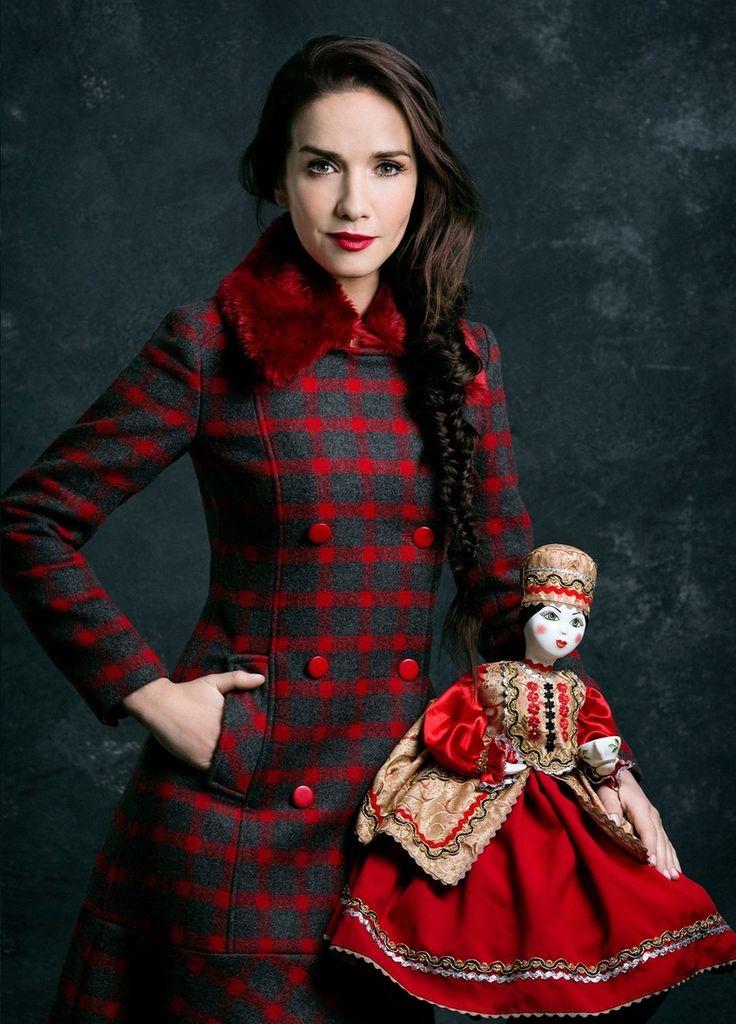 В новой коллекции одежды своего бренда Las Oreiro «Матрешка» звезда сериала «Дикий ангел», уругвайская актриса и певица Наталья Орейро признается в любви к культуре и истории России.