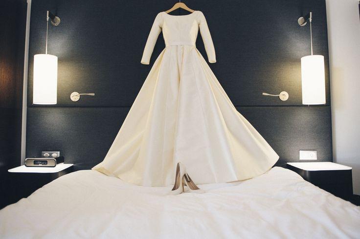 weeding dress// robe de mariage ; long sleeves dress// robe à manches longues ; skiss ; design ; bride shoes// chaussures de mariée ; satin dress//robe satinée http://www.skiss.fr/