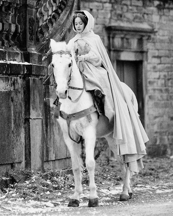 Принцесса всех принцесс. Самая лучшая Золушка в истории кино - Либуше Шафранкова. 💗💗💗 #threenutsforcinderella #fairytale #instagood #photooftheday #beautiful #awesome #art #amazing #actress #cinema #movie #nostalji #history #style #libušešafránková #diva #princess #актриса #кино #искусство #красавица #ностальгия #либушешафранкова #триорешкадлязолушки