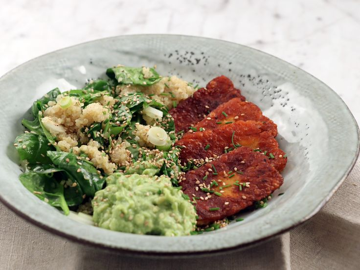 Kryddstekt halloumi med avokadoröra och quinoa | Recept från Köket.se