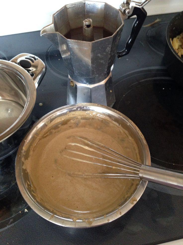 Krem Zabajone. 4 żółtka 2 łyżki cukru(1/2 łyżeczki cukru na każde zółtko) 1/2 kubka-125 ml zaparzonej  Kawy Expresso Żółtka ubić z cukrem na parze, 4-5 minut bedą jasnożółte , wlać zimne Expresso , dalej ubijać do podwojenia objętości . Można użyć z lodami, owocami.