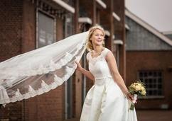 Jullie gaan trouwen? Dan kan de voorpret beginnen! Te beginnen met het vinden van de bruidsjurk van je dromen. Speksnijder Bruid & Bruidegom in Bergambacht heeft een grootse bruidsafdeling met de mooiste trouwjurken van bekende topmerken. Daar vind jij dé jurk zeker!