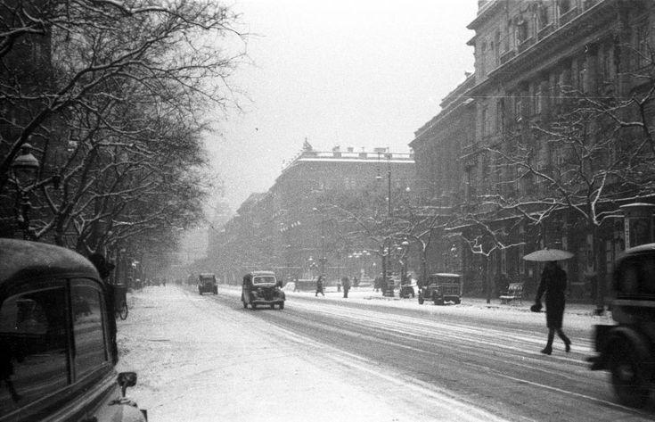 Andrássy út a Nagymező utca felől a Bajcsy Zsilinszky út felé nézve, jobbra az Operaház.