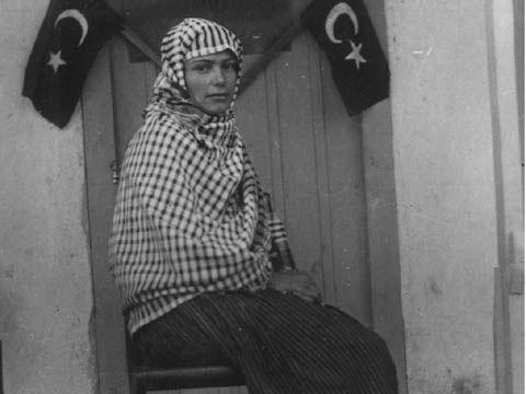 GÜL ESİN HN., 1935 yılında yapılan ilk genel seçimde 18 kadın milletvekilinin TBMM'ye girdiğini belirten Köybaşı, bugünkü Meclis'te bile ulaşılamayan bu rakamı, 70 yıl öncesinin tablosunda görmenin Türk kadınının gücünden korkuyu hissetmek mi; yoksa haksızlığın bir ürünü mü olduğunu, tam kestiremediğini ifade etti.