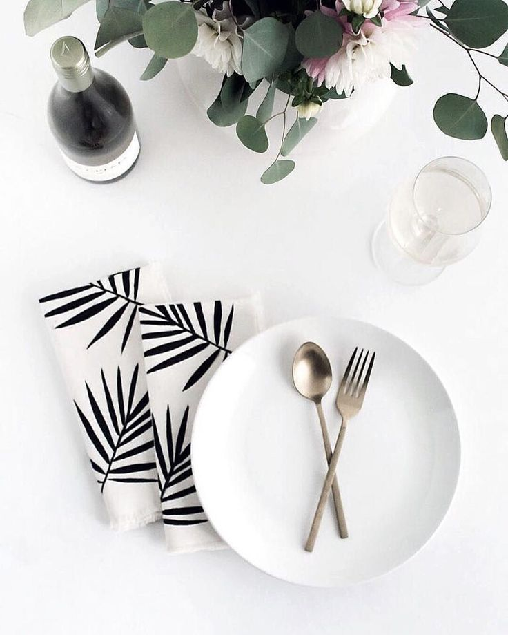 In the mood for something tropical? These stunning palm frond napkins by @homeyohmy are so perfect for summer and best of all she shows you how you can make your own! Head to her blog to see how.
