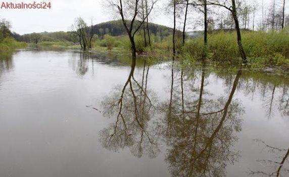 Rozbili biwak i zostali odcięci przez wezbraną rzekę. Uratowali ich strażacy
