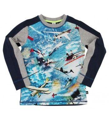 Stoer t-shirt met 'Air planes' van Molo met lange mouw. De voorkant heeft een print van vliegtuigen, de achterkant is effen blauw. De mouwen zijn grijs met blauw.   Molo Raso Air planes www.kidsindustry.nl