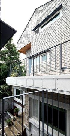 [BY 월간 전원속의 내집] 조용한 주택가 골목에 자리한 집은 정감 있는 동네 풍경과도 자연스럽게 어우...