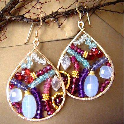 Orecchini con fantasia di perline realizzati con filo d'alluminio! Trovi i fili d'alluminio nel nostro shop online: http://www.cplfabbrika.com/creazionebijoux/wire.html