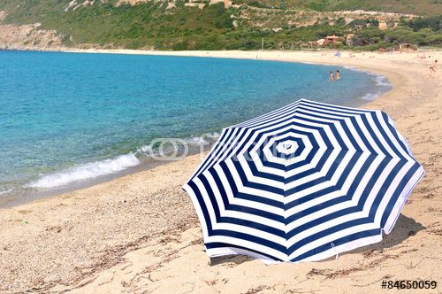 parasol sur la plage en Haute-Corse avec mer turquoise