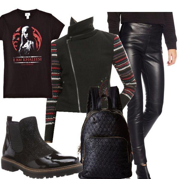 Mostriamo un lato forte ma femminile con loutfit composto da leggings lucidi, maglietta con stampa, super giubbotto taglio motociclista ma con dettagli , gli scarponcini e lo zainetto a completare.