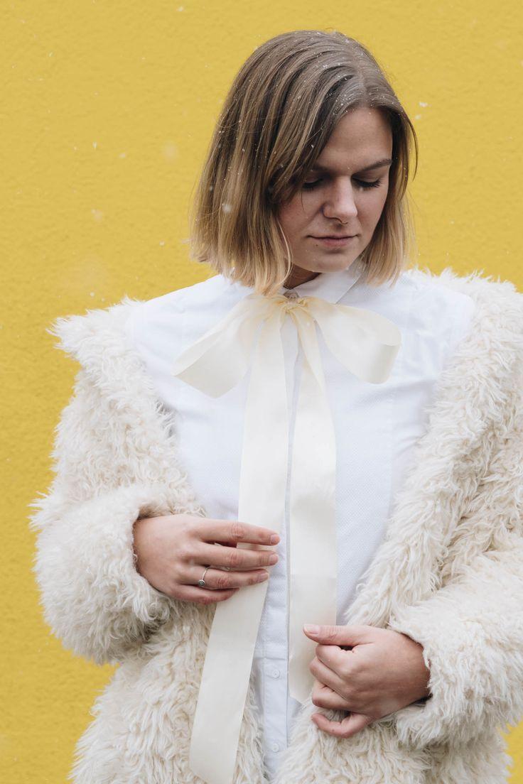 #Datenight Outfit in COS Bluse mit DIY Schluppe, Lederhose, Eisbär Mantel und Replay Moonboots