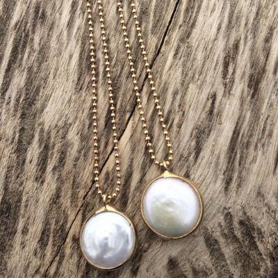 Perlemors halskæde fra Friihof & SiigSkøn guld halskæde fra Friihof & Siig med sten af perlemor - Mother of Pearl - så enkel og smuk, og passer perfekt til forårets rosa farver.Kæde: 44 cm