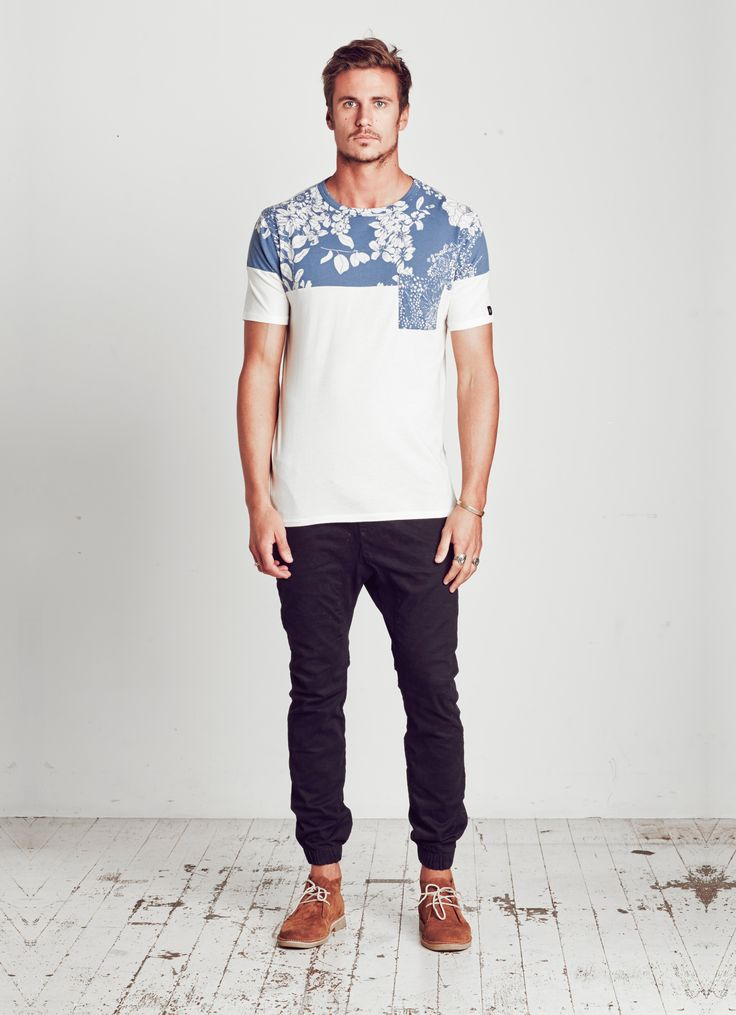 FIT: BASIC CREW NECK TEE COLOUR: BLUE FEATURES: CONTRAST PRINT PANELS, CHEST POCKET MATERIAL: 100% COTTON JERSEY