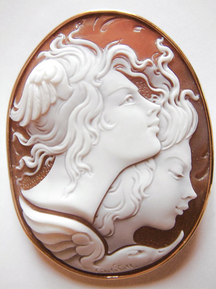 An unique modern cameo with woman profiles represented. #donadiojewelry #cameosjewelry #italianart #madeinitaly