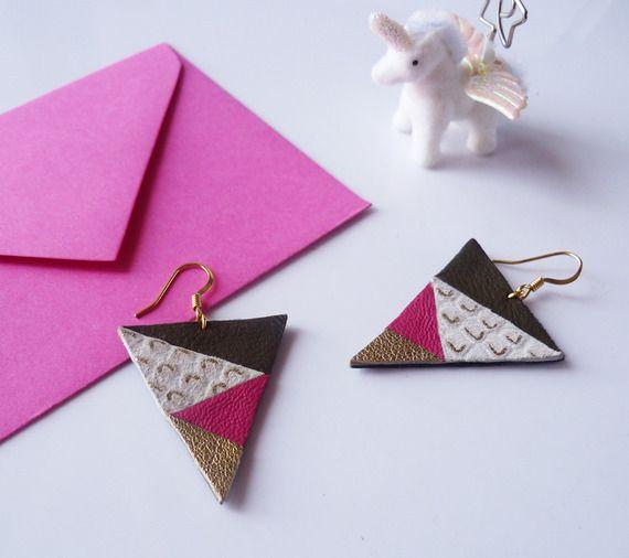 Boucles d'oreilles graphiques colorées triangle - cuir recyclé kaki rose doré motifs serpent - attache plaqué or par Adorness