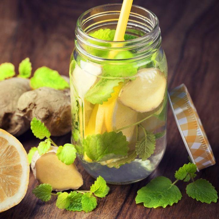 """Woda z dodatkiem imbiru, """"doprawiona"""" cytryną i miodem. Nie ma prostszego, tańszego i smaczniejszego lekarstwa na ból."""