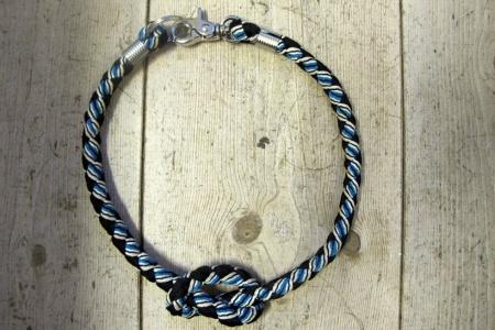 Végül egy másik stilizált perecnyaklánc kötélből.