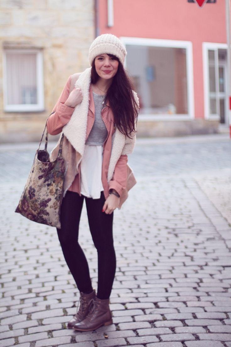 Jacke von Zalando, Weste von Tally Weijl, Kleid von Sheinside - Eine meiner Lieblingsjacken ist dieses kitschige rosa Teil - eigentlich eher was für den Frühling, aber bei den Temperaturen verdenkt es mir glaube ich keiner, wenn ich sie ganz ohne frieren auch im Januar trage. Gut, die Fellweste drüber musste noch sein, ganz übertreiben wollte ich ja jetzt doch nicht.  Jacke // via Zalando Fellweste // Tally Weijl Oberteil/Kleid // Sheinside Gobelinbeutel // via ebay Strickmütze // H&M …