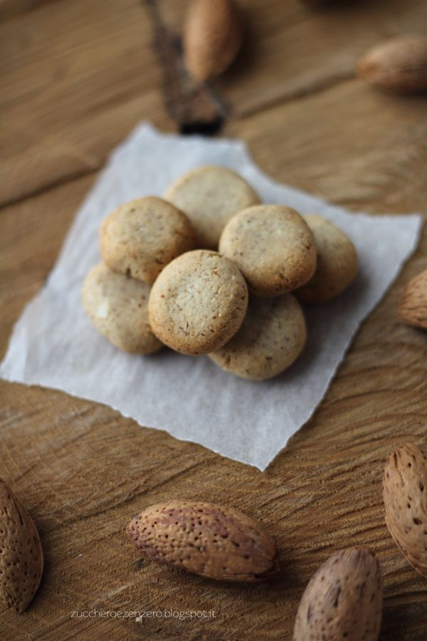 Biscotti alle mandorleVersione con lo zucchero  Ingredienti (per 30 biscotti): 100 g di farina 00 80 g di zucchero di canna 80 g di mandorle sgusciate e tostate 3-4 cucchiai di acqua cannella