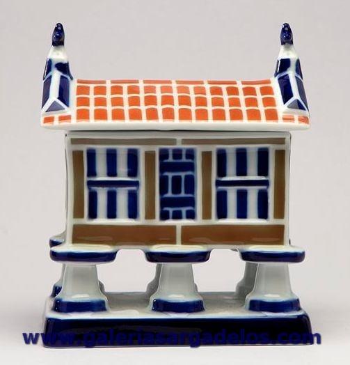 El hórreo o piorno es uno de los iconos de la arquitectura popular de Galicia y Sargadelos, como no podía ser de otra forma, Sargadelos le dedica esta pieza.
