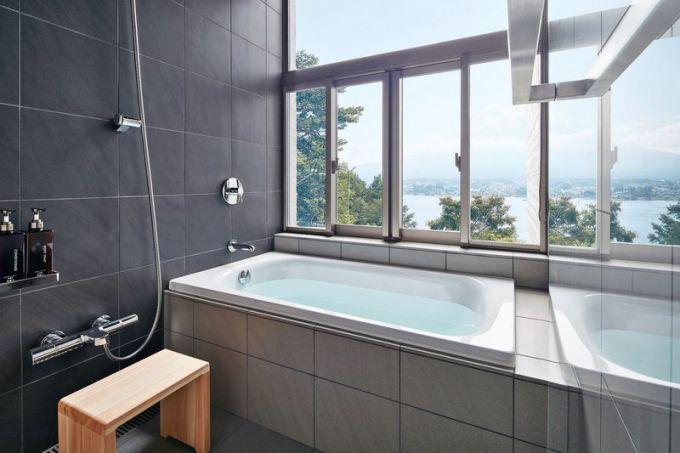 Na první pohled spartánsky vybavená koupelna poskytuje veškerý komfort a navíc ještě výhled na jezero a horu