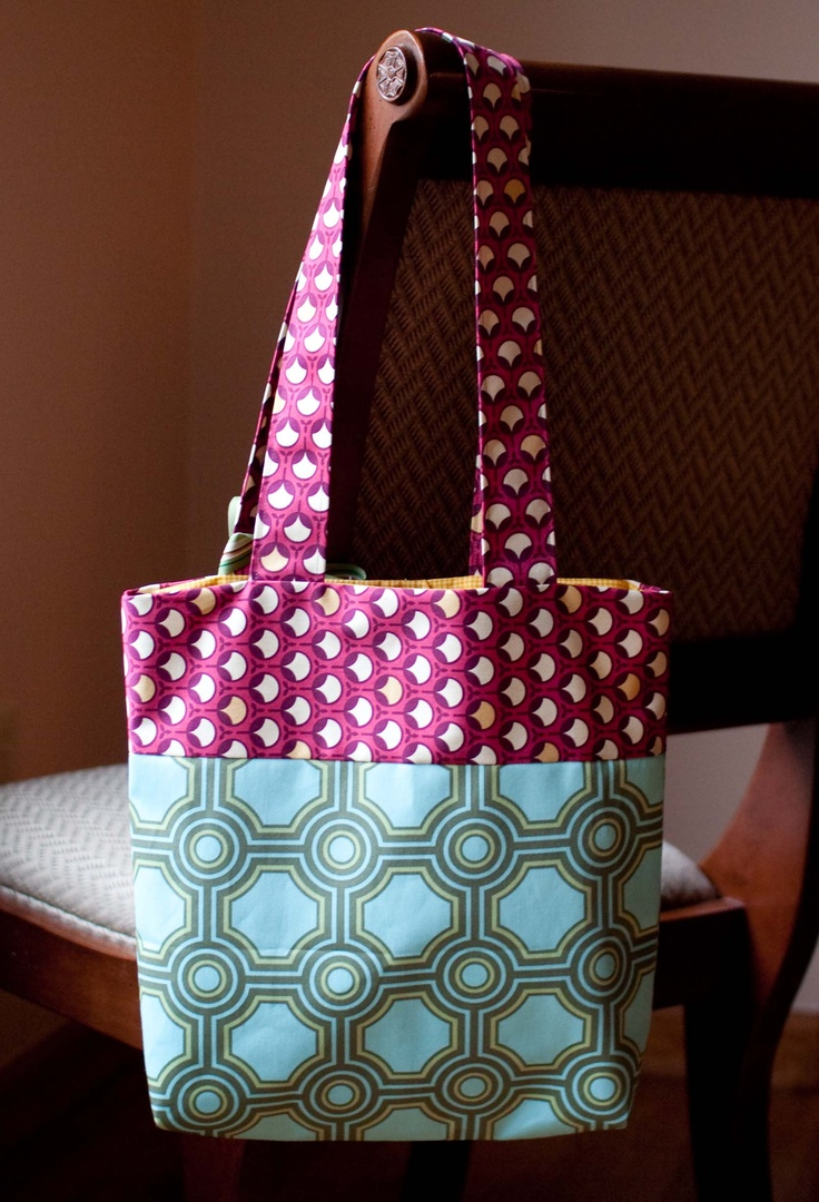 DIY: tote bag - what i like about this bag is the symmetrical patterns and use of one warm and one cool tones. another interested thing about this bag is the use of shilouetted circles and outlined circles, which is giving it very patterned look.