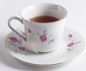 Esta es una loción de té verde y té de manzanilla para aliviar la piel irritada por la rosácea y eliminar lo rojo de la cara.