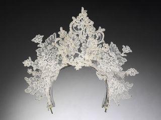 L'exposition Wedding dresses 1775 2014 VA Tiare en dentelle ancienne réalisée par Philip Treacy pour le mariage de Nina Farnell-Watson et Edward Tryon, Londres, 2008