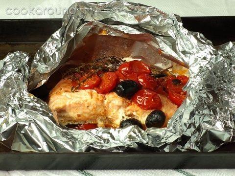 Salmone pomodori e olive al cartoccio: Ricette di Cookaround | Cookaround