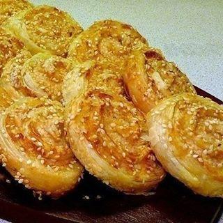 """#714 #tastyfood  Куриные рулетики""""  Ингредиенты: - слоеное бездрожжевое тесто - 500гр - филе куриных грудок - 2шт - кунжутное семя - соль, черный молотый перец - растительное масло для смазывания  Приготовление: 1. Раскатать тесто. 2. Куриное филе хорошенько отбить, посыпать солью и черным молотым перцем, уложить на тесто. 3. Тесто с грудками поплотнее свернуть рулетом и нарезать шайбами толщиной 1,5см. 4. Противень застелить пергаментной бумагой и обильно смазать маслом. 5. Шайбы окунуть…"""