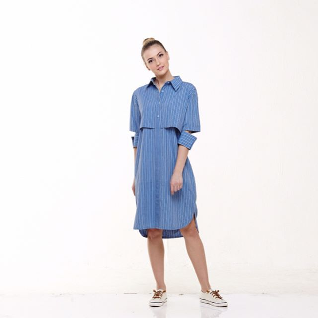 Briella Shirt Dress ___________ IDR 675k Made from custom hand woven lurik with elbow cut accent. All size fit to L Available in two colors : blue and purple Limited collection. For more details please contact bio. . . . . . . . . . #jualurik #luriktops #jualatasan #tops #jualbaju #bajuatasan #jualbajubigsize #jualbajulokal #handwoven #lurik #baju #bajulurik #bajufashion #jualbajufashion #bajubigsize #bajupremium #kain #kainnusantara #jualkainnusantara