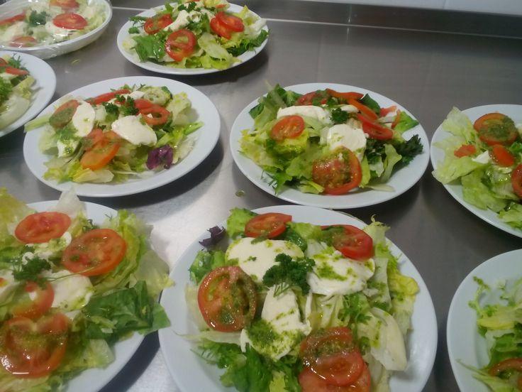 saláty s mozarelou