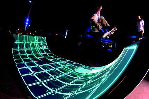 """Imaginée par le studio Eness basé à Melbourne, l'installation """"A Light Session"""" mêle mapping et interactivité sur une rampe de skateboard. Grâce à un software développé par le studio, chaque skater équipé de capteurs infrarouges et d'un iPod peut être suivit en temps réel. L'application déclenche ensuite la projection de formes graphiques et de sons"""