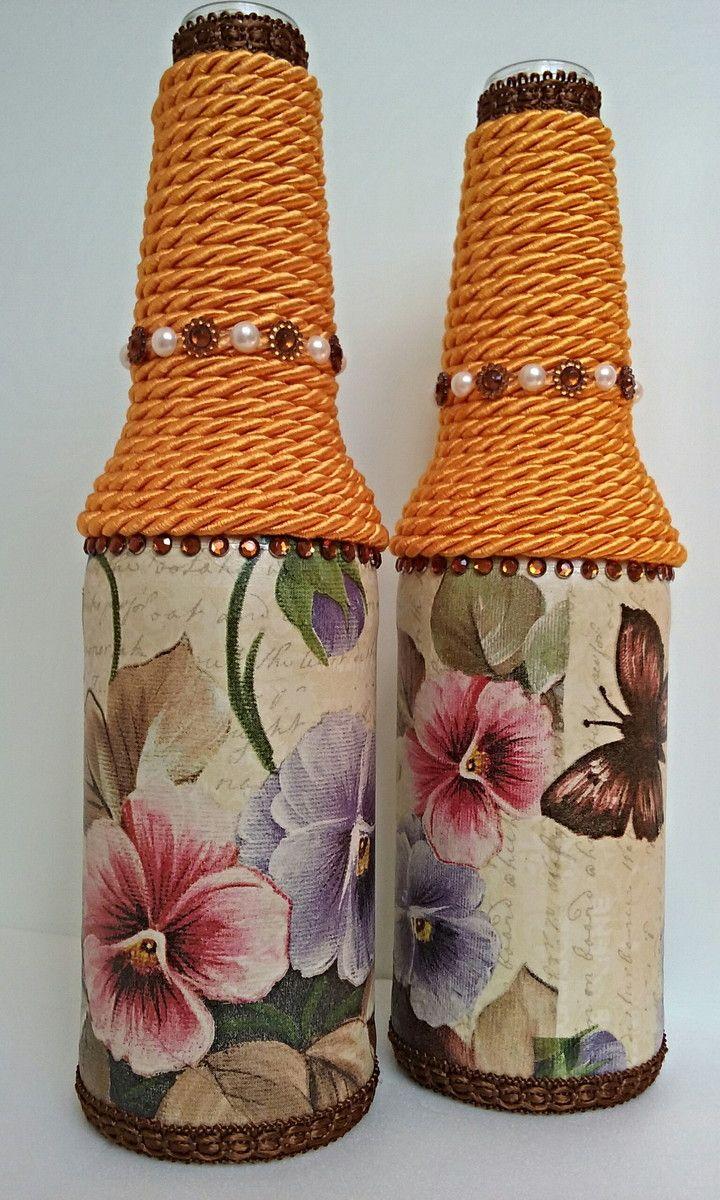 Kit com 2 garrafas decoradas. Garrafa de vidro, pintada e decorada através da técnica de decoupage, tira bordada, cordão e aplique em strass. Pronta entrega.