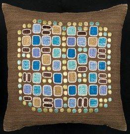 Edna Martin, som formgivit dessa linnekuddar, var Handarbetets vänners konstnärliga ledare i 27 år.