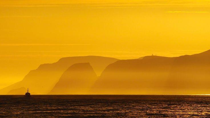 Midnattssola har sjarmert sommerbåten i løpet av ti dager og netter nord for polarsirkelen. Her er redaksjonens kjærlighetsbrev til Nord-Norges vakre solskinn. Redigering: Gunnar Grønlund